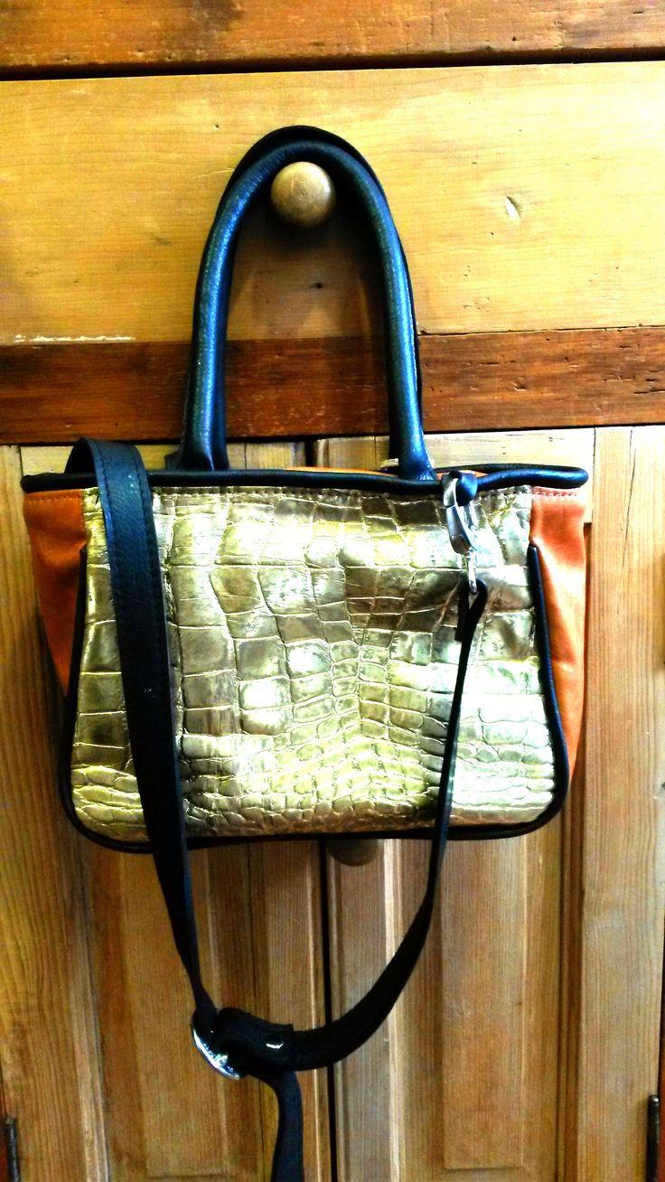 Color madera, negro y dorado con texctura. Tamaño chico. #bags #leatherware