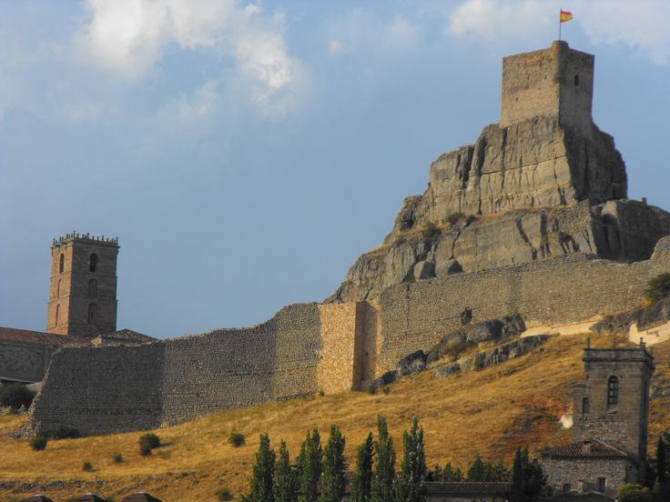 Preciosa vista del castillo roquero coronando la cima y rodeado de las torres campanarios de las iglesias atencinas. www.tu-guia.es