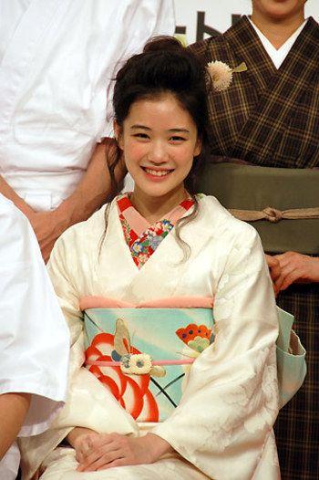 和服がとっても良く似合う素敵な女優、蒼井優さん。白地の着物に帯と合わせたようなポップな柄物の半襟を合わせたところがにくいです。