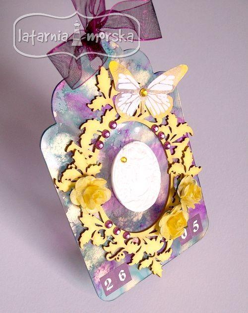 Zawieszka akrylowa z ramką ornamentową, papierowymi kwiatkami, stemplem monarch odbitym tuszem cytrynka