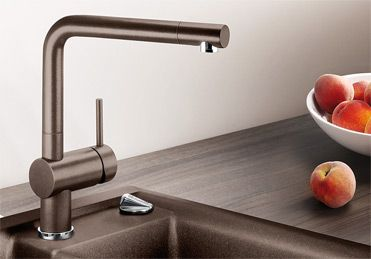 Praktikus forma és funkció. Minimalista design a konyhában. A magas kifolyó megkönnyíti a nagy méretű fazekak és vázák megtöltését. Nagyobb használatósági tartomány a 360 fokban elforgatható kifolyó révén. A működtetőkart tetszés szerint lehet elhelyezni baloldalt, középen vagy jobboldalt. Magas nyomású és alacsony nyomású kivitelben kapható. Tökéletes design- és színegyezőség a csaptelep és a SILGRANIT® mosogató közt. Különösen az új AXIA II-höz.