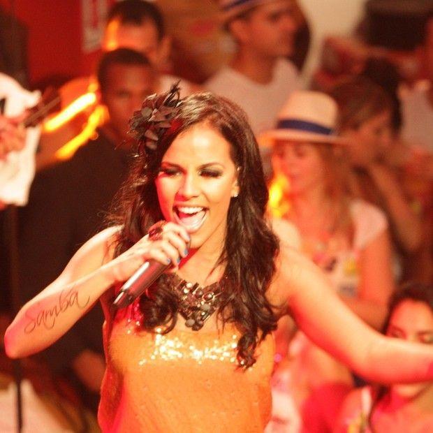 Ex-participante do 'The Voice Brasil' assina com gravadora - http://epoca.globo.com/colunas-e-blogs/bruno-astuto/noticia/2013/10/ex-participante-do-b-voice-brasilb-assina-com-gravadora.html (Foto: Rede Globo)