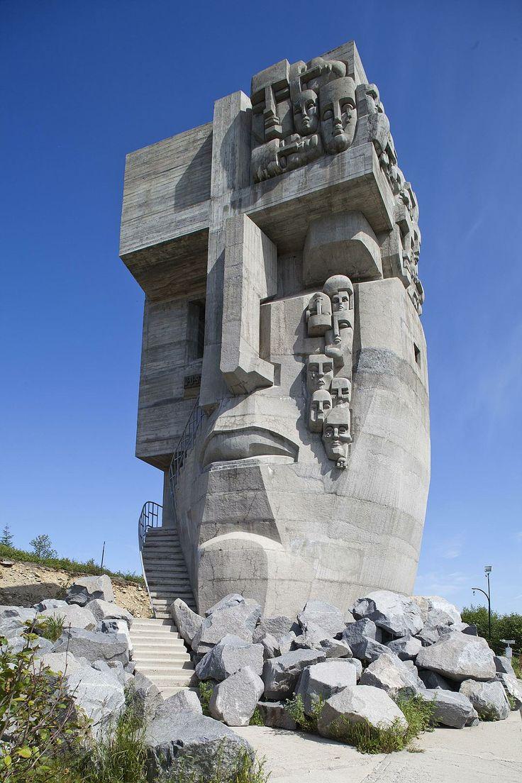 http://s14.stc.all.kpcdn.net/share/i/4/1156885/wx1080.jpg Монумент жертвам сталинских репрессий «Маска скорби» находится в Магадане. Был открыт в 1996 году. Центральная скульптура мемориала - плачущее лицо. Внутри монумента - копия типичной тюремной камеры.