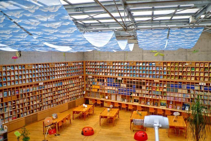 ぐんま昆虫の森の図書館。外国の図書館みたい。  本来なら屋外での昆虫採集がメインの施設なのだろうが、 この…