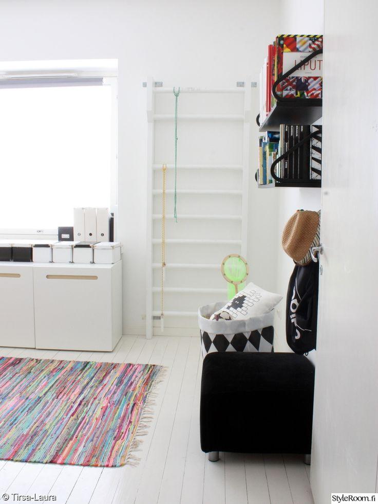 koululaisen huone,lastenhuone,puolapuut,räsymatto,rahi,kaapisto,artek,hylly,varpunen,lelusäkki