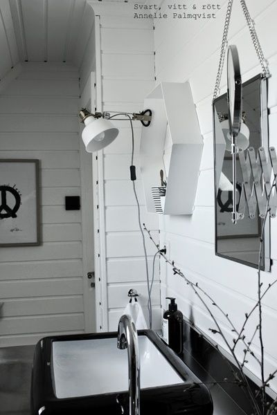 klämspot,ikea,hexagon hylla,house doctor spegel,rektangulär spegel,panel,artprint peace,konsttryck,svart tvättfat,hafa tvättfat,rostfri badrumsmöbel,industristil,industriellt badrum,badrum,badrumsinspiration
