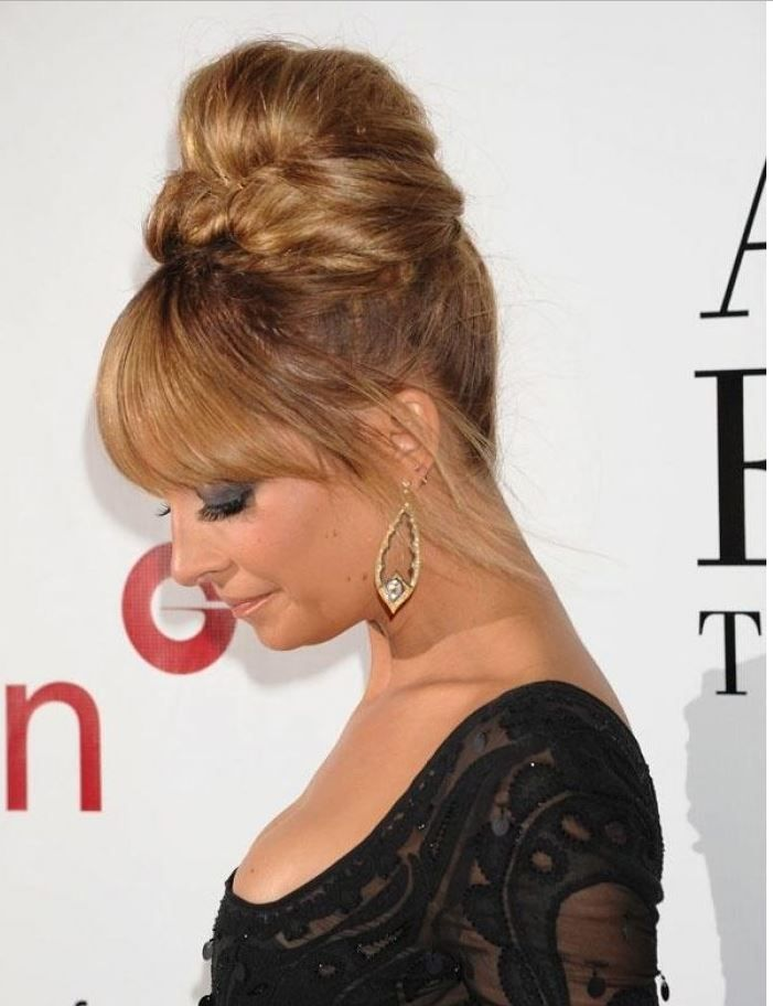 Kadınları Davetlerde Zayıf Gösteren Tepeden Topuz Saç Modeli