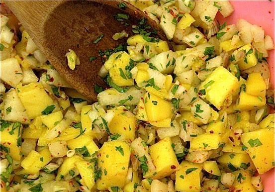 Salată picantă de mango