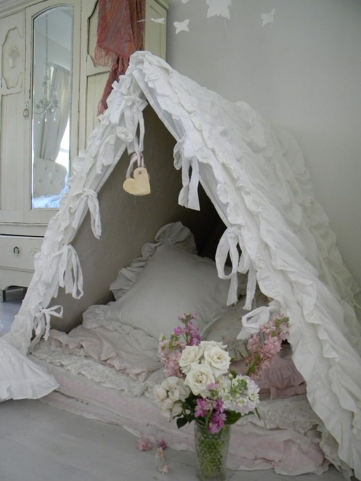 White ruffle pillow tent