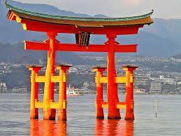 (04) 478 – Primer templo sintoísta en Japón. El  sintoísmo  es el nombre de una religión nativa en Japón. Incluye la adoración de los kami o espíritus de la naturaleza. Algunos kami son locales y son conocidos como espíritus o genios de un lugar en particular, pero otros representan objetos naturales mayores y procesos, por ejemplo, Amaterasu, la diosa del Sol.