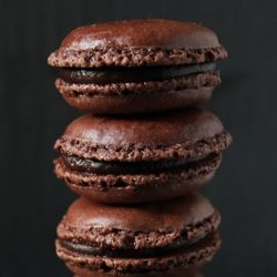 The perfect chocolate macarons. And if you like: spice it up with tonka bean!
