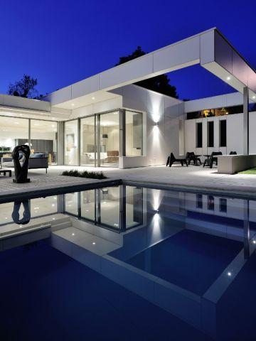 jeux de sym trie et de niveaux pour une villa lyonnaise sym trie piscines et miroirs. Black Bedroom Furniture Sets. Home Design Ideas
