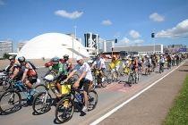 Passeio ciclístico coloca brasiliense para pedalar na Esplanada - http://noticiasembrasilia.com.br/noticias-distrito-federal-cidade-brasilia/2015/04/19/passeio-ciclistico-coloca-brasiliense-para-pedalar-na-esplanada/