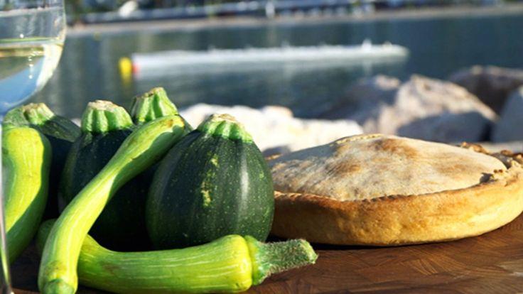 Provencalsk squashterte - Revet squash, flere sorter løk, parmesan og egg skjuler seg under lokket på squashterten. - Foto: Fra tv-serien Munter mat - på tur / DR
