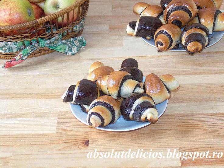 Cornuri bicolore, cornuri cu vanilie si cacao, cornuri insiropate