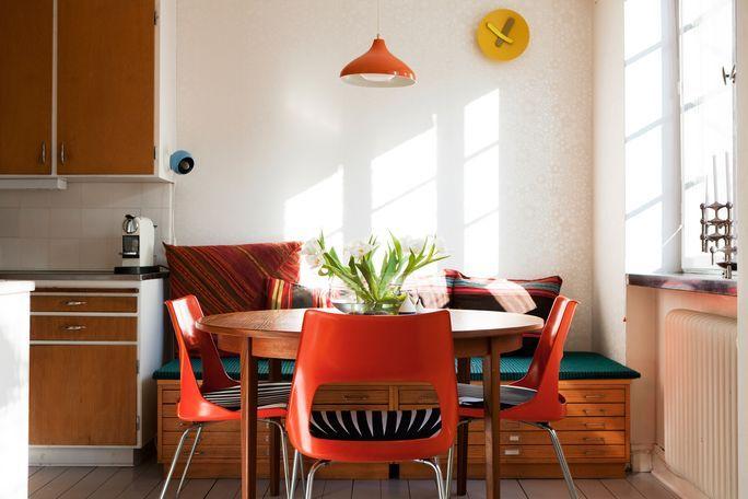 Nice storage bench.  Teal + orange chairs.  Good call.