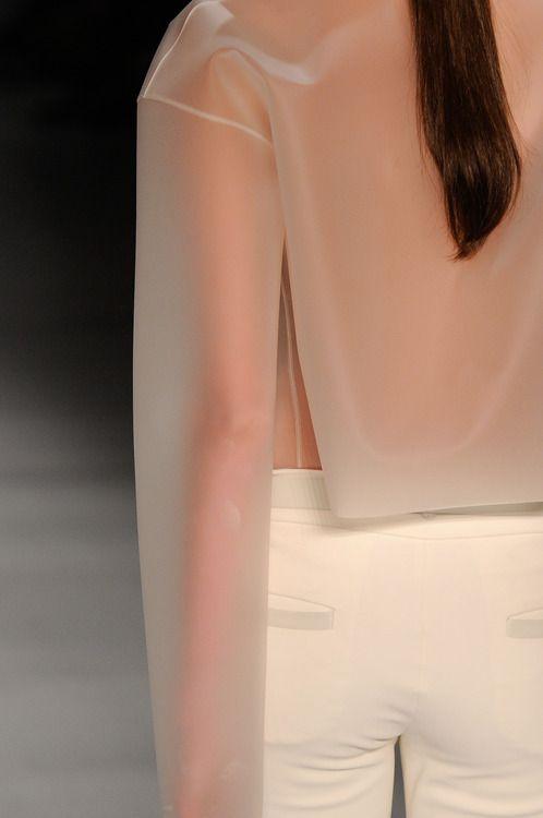gloria coelho spring/summer 2013 costume avec des pièces blanches et d'autres transparentes, jouer sur la surface inscriptible autant que l'effet vitre mise sous serre, faux tatouage dessous?
