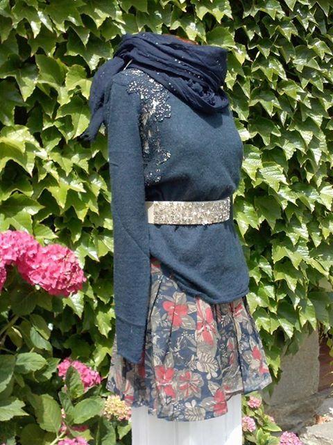 minifalda estampada y jersey bordado en dorado