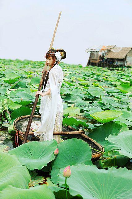 Hanfu & Lotus by Sơn Marki, via Flickr