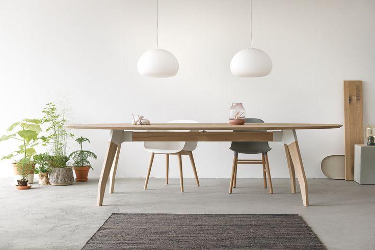Eettafel Lino heeft een ovale bladvorm. Verkrijgbaar met een slijtvast linoleum werkblad of in een massief houten uitvoering. Het frame bestaat uit een combinatie van hout en stoere stalen koppelstukken. www.houtmerk.nl/Tafel-Oormerk-Lino-bamboe-eiken-ovaal
