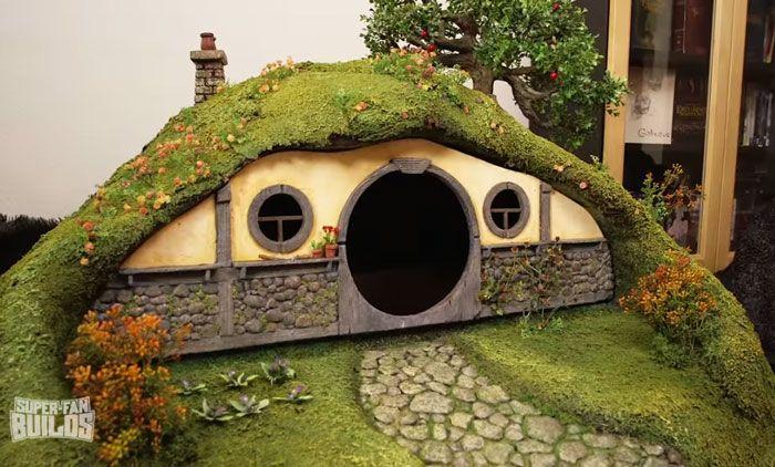 Equipe produz casa de hobbit para gatos e poste de arranhar no formato da torre de Sauron