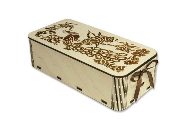 Деревянная подарочная упаковка с изображением павлина на крышке выполнена из березовой фанеры при помощи лазерной технологии. Коробочка имеет размер в длину 20 см, в высоту 5,5 см, в ширину 10,5 см. Коробка прямоугольная. Углы закруглены, выполнены с использованием линейной перфорации. Деревянная коробка подойдет для упаковки подарков на праздники. В деревянной упаковке можно подарить чай, кофе, набор для бани, канцелярию, сувениры, гаджеты, текстиль. #Канышевы #Подарочнаяупаковка…