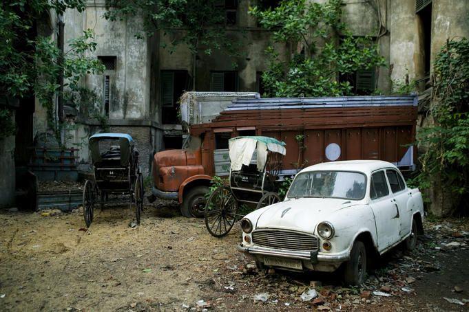 Rickshaws In Kolkata India Rickshaws Parked Besides Abandoned
