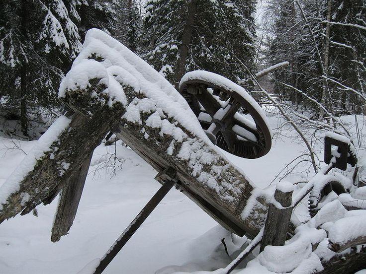 Kurimonkosken entisen rautaruukin myllylaitteiden jäännöksiä Utajärven Särkijärvellä
