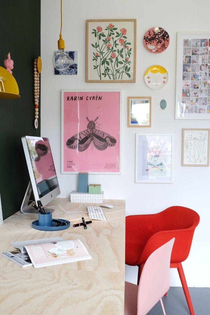 Arbeitsstation, Heimbüro mit Sperrholzsockel und rotem Stuhl, rosafarbener