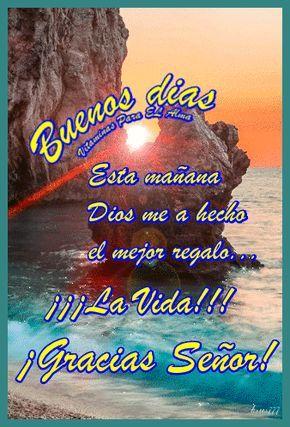 Ver Imagen del sol ocultándose en medio de unas rocas sobre el mar con brillo y movimiento junto a unas frases: Buenos Días, Esta mañana Dios me ha hecho el mejor regalo ¡La Vida! ¡Gracias Señor!