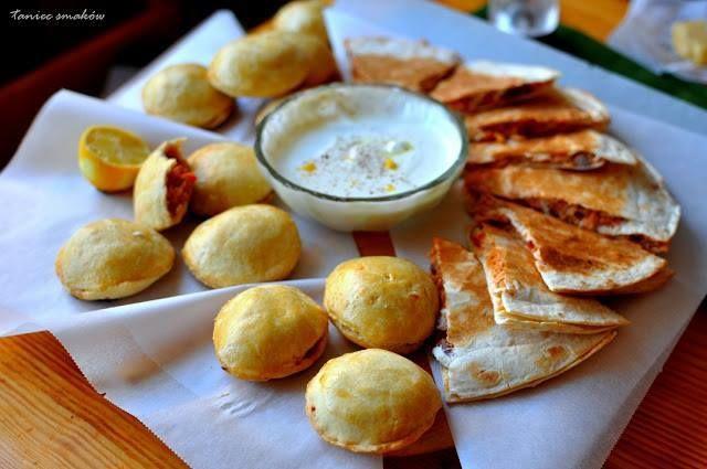 Empanadas z indykiem po meksykańsku  Ciasto (24 sztuki): 500g mąki 220g masła, lekko twarde pokrojone na kawałki 2 jajka 1 płaska łyżeczka soli 1 łyżeczka cukru 5 łyżek zimnej wody  Nadzienie (z podanego przepisu wystarczy połowa, druga połowę zużywam do tortilli) 1 kg upieczonego mięsa z indyka w dowolny sposób, i porwanego na strzępki* 1 duża czerwona papryka 1 czerwona cebula, grubo posiekana 2 łyżki oliwy 1 szklanka sosu pomidorowego z kartonika 3 łyżki sosu sojowego 1 łyżeczka tabasco…