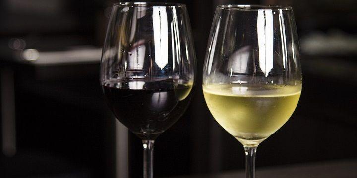vinjournalen.se -  Vin Skola : Vad säger färgen om vinet?    Vinets färg säger en del om vinet och genom att titta på färgen kan man få en fingervisning omvad det är för vin. När duprovar vin och håller glaset mot en ljuskälla, så kan dutill exempel anaomdet är ett ungt eller tungt vin, ett smakrikt vin som har en djupare färg eller att det exempelvis... http://wp.me/p73gTR-2Od