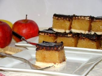 Kekszes almás süti recept | ApróSéf.hu: Egy nagyon egyszerű és nagyon finom házi, almás sütemény. Ezért biztosan mindenki rajongani fog! ;) http://aprosef.hu/kekszes_almas_suti_recept