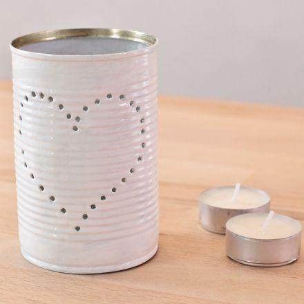 Une lanterne dans une boîte de conserve : tutoriel (Astuce : congeler de l'eau dans la boîte de conserve pour que la boîte ne se déforme pas au moment de planter le clou !)...