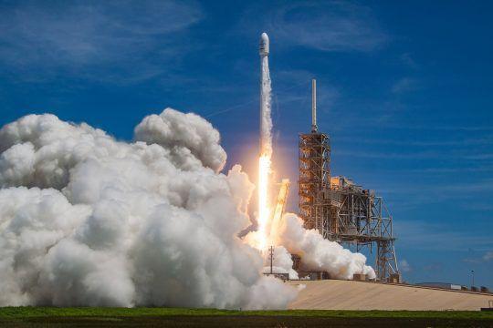 Dit wordt het ruimtevaartpak van SpaceX  SpaceX is druk bezig met de voorbereidingen voor commerciële vluchten. Maar om je passagiers en astronauten veilig te houden is een goed ruimtepak vereist. Directeur Elon Musk heeft nu een eerste foto gedeeld van het ruimtepak van zijn bedrijf.  De topman stelt dat het een werkend en getest ruimtepak is.Het was ongelooflijk lastig om de esthetiek en de functionaliteit in evenwicht te brengen. Het is makkelijker om die zaken los van elkaar te bereiken…