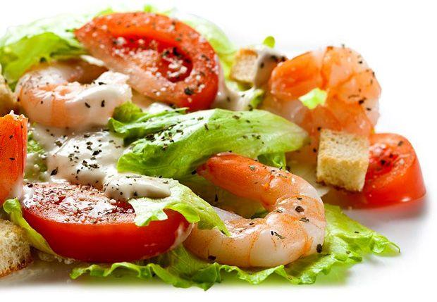 Салат цезарь с семгой и креветками слоеный