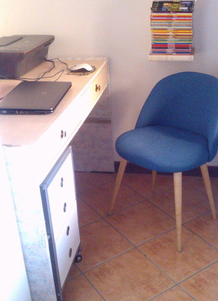 L'angolo studio è completato da una cassettiere con rotelle bianca (€35 in offerta in un supermercato) e dalla poltroncina Mauricette blu petrolio di Maisons du Monde (€ 79)