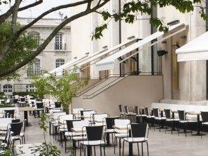 Monsieur Bleu - 20, avenue de New York - 75016 Paris. Très bon restaurant dans le Palais de Tokyo avec une sublime terrasse où il fait bon s'attabler les soirs d'été. Le lieu possède un style Art déco très réussi et le service est agréable. Réserver bien à l'avance...