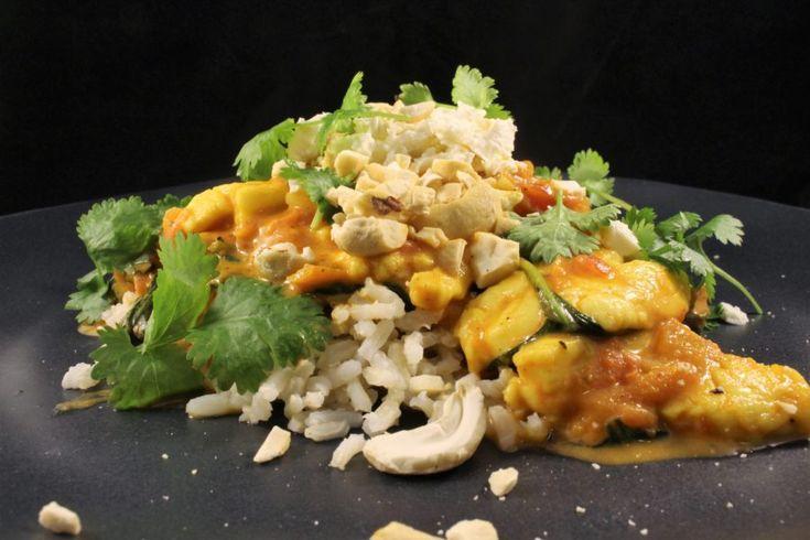 En vegetarisk gryta med indiska smaker. Serveras med halloumi, ris och koriander! Så gott!