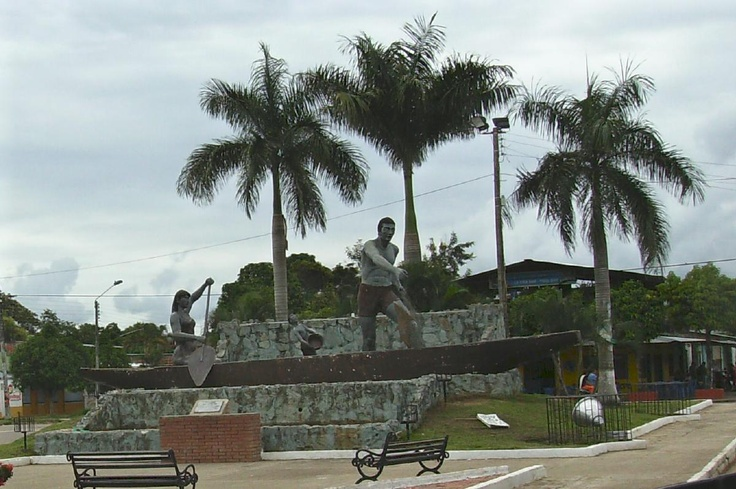 monumento al canoero,puerto lopez