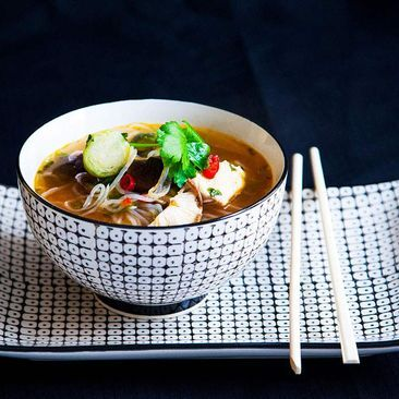 Kyckling, svamp och nudlar i miso- och röd currybuljong