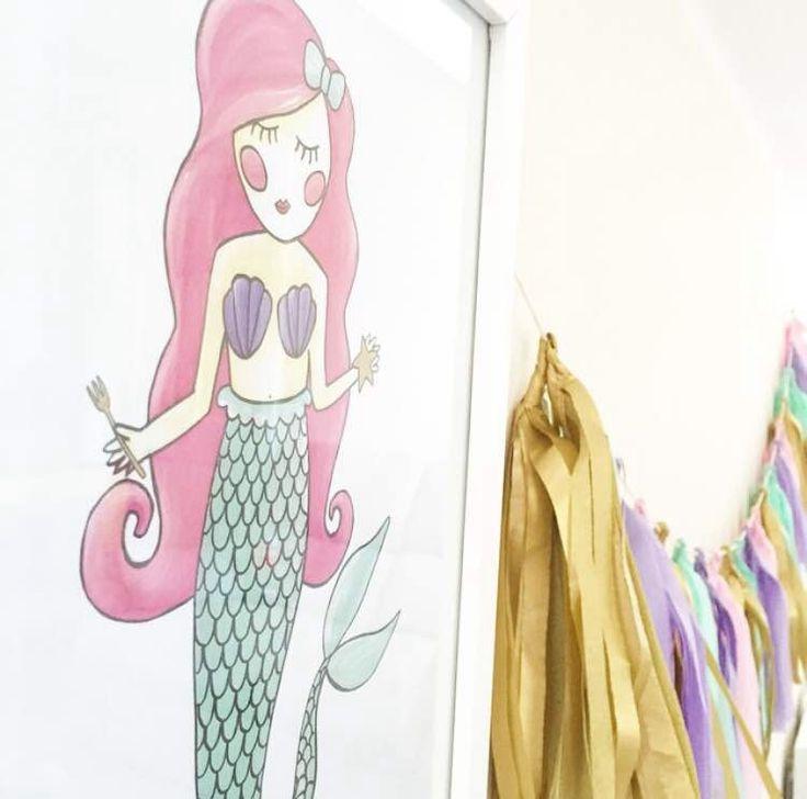 Poster zeemeermin A4. Een lieve poster voor de romantische meisjeskamer met een zeemeermin in pastel kleurtjes. Leuk om te combineren met het bijpassende zeemeermin knuffeltje.