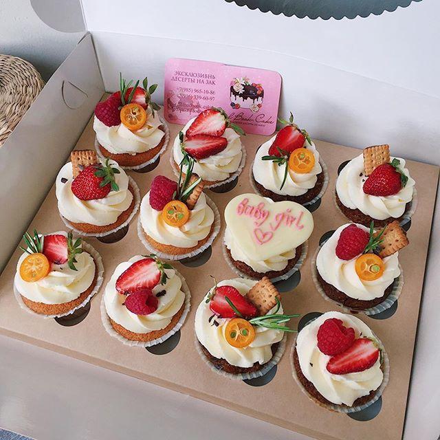 Вас уже 26 тысяч 😳 После нашего видео (#foodbookcake_video) со сборкой торта охват публикаций поднялся больше, чем в 3 раза (а порой и в 10) 😳 Спасибо вам огромное, что наблюдаете за нами, выбираете нас и доверяете сладкую составляющую своих праздников нам! Мы это очень ценим! ❤️ И в скором времени порадуем вас новыми информативными видео! 🌷  _______ Цены, доставку, ассортимент и начинки можно посмотреть на нашем сайте, ссылка в профиле. Заказ минимум за 5-7 дней. Спасибо 🍫 #foodbookcake…