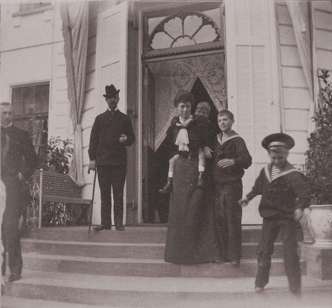 Принц греческий Николай, [король греческий Георг I], принцесса Виктория, [датские дети]  » Нажмите для увеличения
