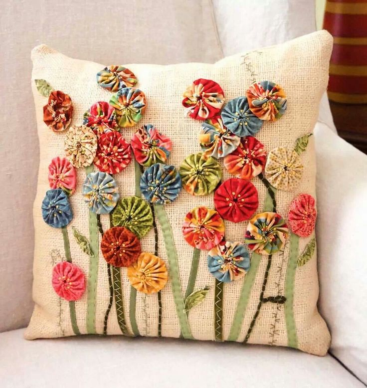 ~ Yo-Yo Pillow w/ Applique ~.. wonderful inspiration