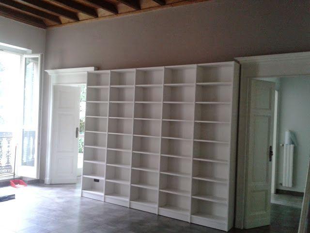 Ecco un esempio di libreria molto semplice ma di impatto, realizzata su misura con lo scasso per il battiscopa e per le prese della luce. L'altezza permette di mettere in evidenza i cornicioni delle...