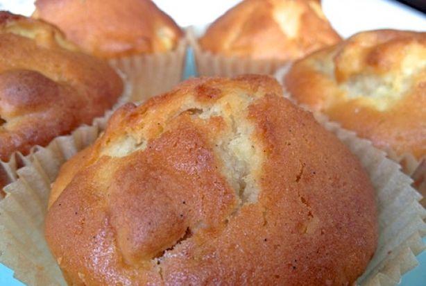 Deze simpele maar overheerlijkefrisse muffins zijn super voor in de zomer. Deze muffins met verse vanille, griekse yoghurt en eventueel een citroenschilletje is een twist op een 'standaard' naturel muffin en een appeltaart. Het resultaat: een lekker licht gebakje en eenheerlijk geurend huis! Yummm!Tip: Met een beetje speculaaskruiden of kaneel geef je de muffin de warme smaak van verse appeltaart.