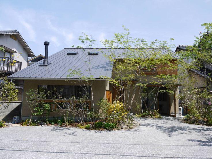 今回ご紹介するのは緑豊かな庭を持つ和風モダンの家。住居にお菓子工房が併設された店舗兼用住宅です。