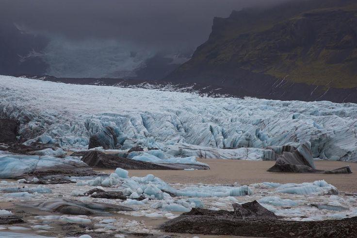 Iceland: Zwart strand met ijsblokken.