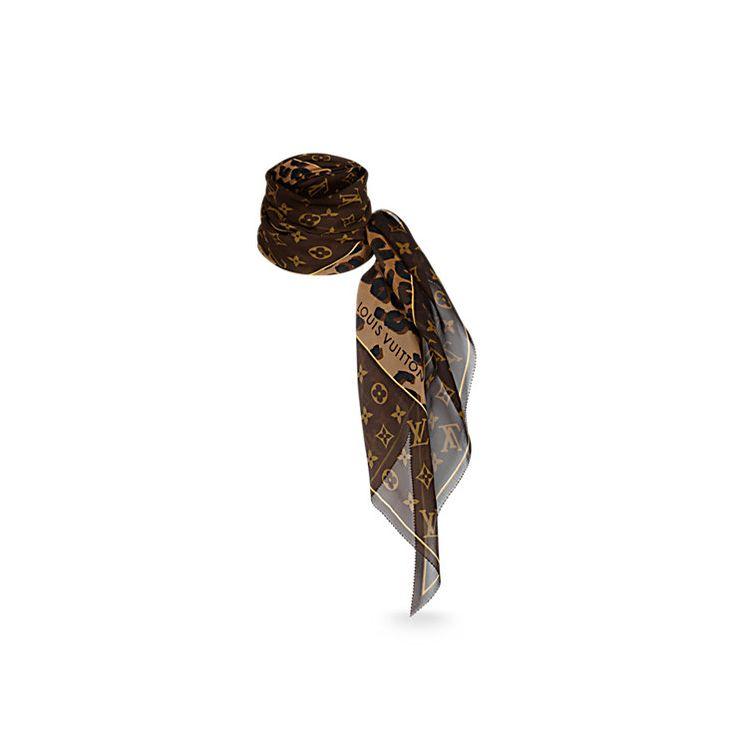 Découvrez l'incontournable Écharpe Léopard et Monogram  Cette longue écharpe ultra légère en crêpe de soie associe deux signatures emblématiques de Louis Vuitton : le motif Monogram et l'imprimé léopard dessiné par l'artiste américain Stephen Sprouse.
